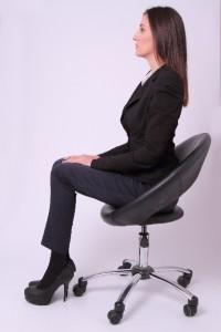 e13ab744c131442d7bab6faea245098c_s 座る スーツ 女性 背筋 姿勢