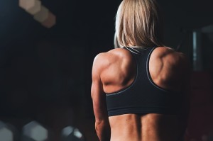 training-828741_640 筋肉質な女性の背中 トレーニング フィットネスジム ダイエット