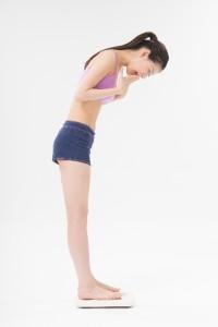 f89aded5c4b85947806a0be2ca9d1753_s 体重計に乗る女性 少女 ダイエット diet