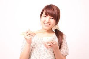 58d32c23be2bf570a1169f99b5e69a9e_s ご飯 ごはん 米 食べる女性 食事