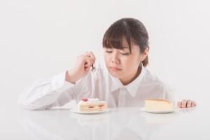 5db38b29b39ad4742461ebdadede903b_s 女性 食べる ケーキ 食事 ダイエット
