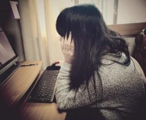 348d12c329d1a9797bace6c895f0d433_s パソコン PCに向かう女性 考える 心配 疲れ 姿勢が悪い