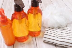 デコルテ部分もやさしく泡で包み込むように洗う