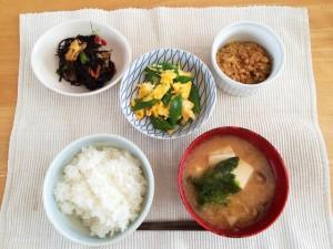 6f712b7643c866676996763cdc4fb5f6_s 和食 朝食 納豆 ひじき煮 ごはん お味噌汁 豆腐 なめこ